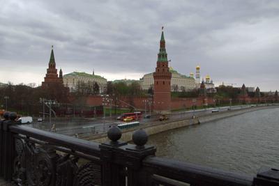 Столичный первомай москва кремль река тучи дождь