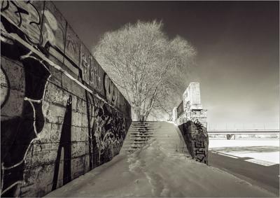 *** берег набережная чб зима снег лестница река