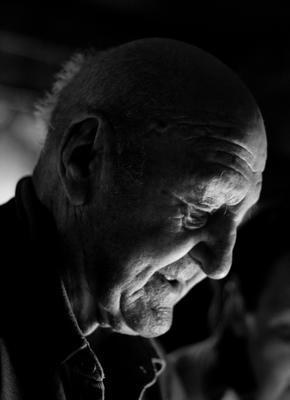 Старик старик дедушка дед человек пожилой портрет голова тень