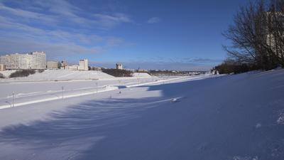 На снежных горках Город залив снег зима