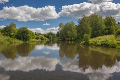 Облачная рамочка Озеро лес трава облака отражения лето глубинка Россия