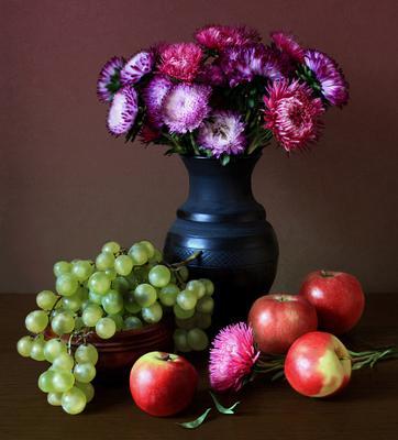 цветочно-фруктовый натюрморт (2) яблоки виноград деревянная чашка черный керамический кувшин цветы