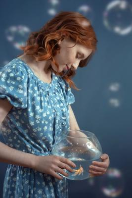 Золотая рыбка рыжая золотая рыбка аквариум рыжие волосы девушка