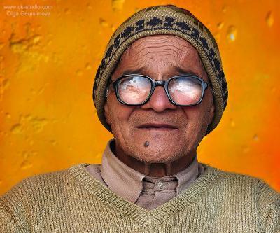 Мужчина, живущий у подножья Гималаев. индус