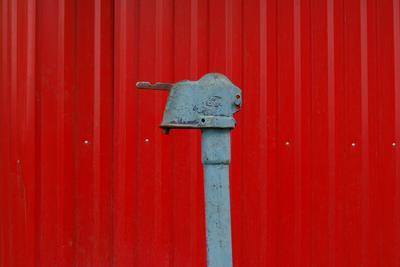 А у нас во дворе... колонка забор красный