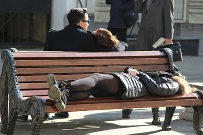 Кому-то любовь, а кому-то сон люди лица город прохожие уличный портрет стрит девушки