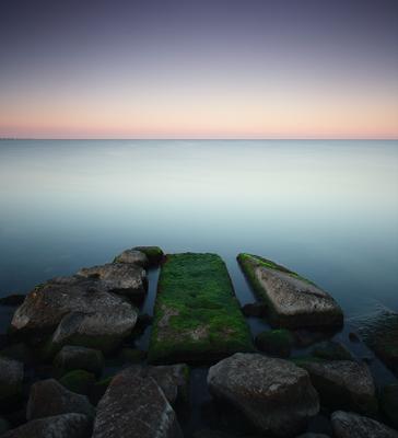 Pointing in one direction камни водоросли вода море горизонт утро небо берег квадрат минимализм длинная выдержка