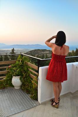Незнакомка в красном платье на закате.