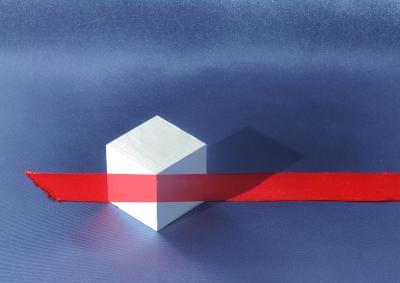 Натюрморт с кубиком и красной лентой. Иллюзион.