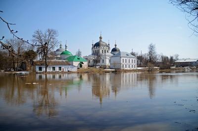 Половодье на Гжати река Гжать Благовещенский собор город Гагарин Смоленской области городской пейзаж весна