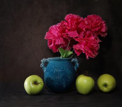 Этюд с синим кувшином и искусственными цветами кувшин цветы яблоки