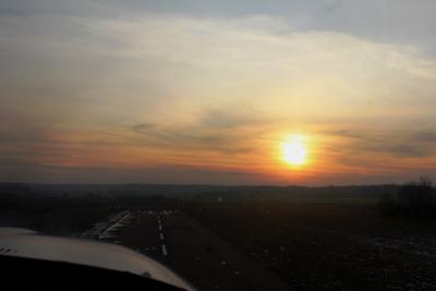 На курсе, на глиссаде аэродром Кудиново Аэропракт А-27М зима закат взлет полёты заход на посадку ВПП курсе глиссаде