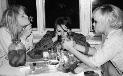 12 (изображая алкоголизм) водка, лещ, окно