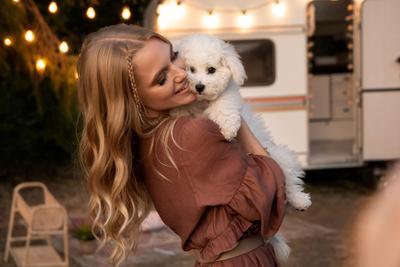 Дама... т.е девушка с собачкой девушка собака собачка радость веселье