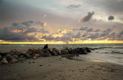 Вечер у моря Закат камни человек