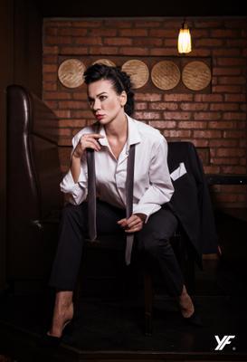 Бизнес леди брюнетка модель ресторан бизнес леди галстук рубашка