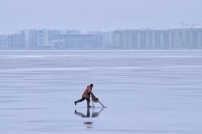 С рыбалки. лед салазки коньки зима рыбалка