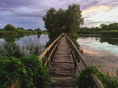 Остров раздумий остров Житомир мост закат небо тучи вода озеро деревянный мостик переход домик одинокий тишина