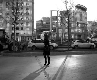 Рассвет на улице город девушка улица солнце тени
