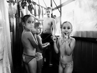 летний душ#3 ч/б дети лето дача душ радость солнце