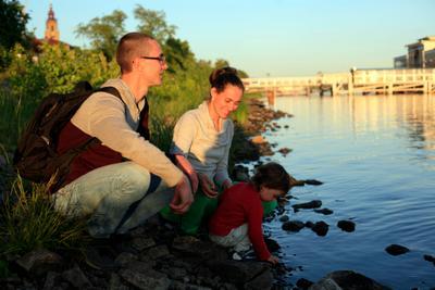 Тихий вечер у реки Вечер семья ребенок вода река отдых
