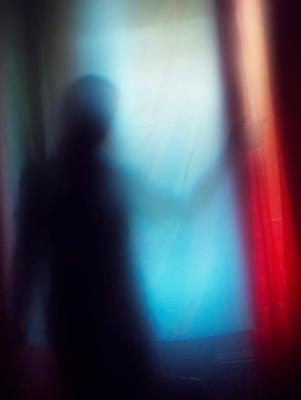 *** занавес цвета синий красный шторы силуэт тень