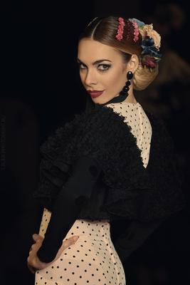 Молодая леди модель девушка гламур подиум женщины дефиле мода