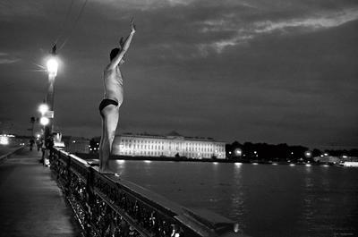 На мосту Лейтенанта Шмидта. С-Пб., 2002. Mokhorev
