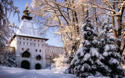 Под монастырскими стенами