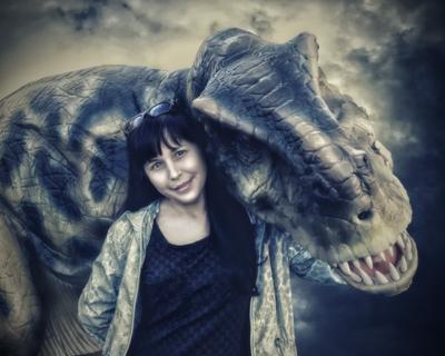 Люба с динозавром женщина девушка динозавр