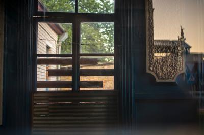 сквозь окно заброшенного хом