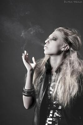 *** девушка, портрет, студия сигареты, дым