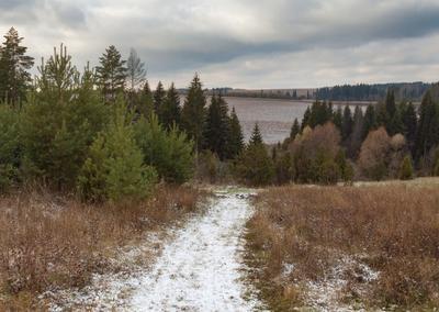 Тропинка с первым снежком Склоны лес сосны осень снег