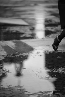 прогулка под дождём дождь, Надя, Наташа, прыжки через лужу, мокро, мхат