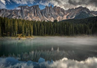 туманное озеро горы