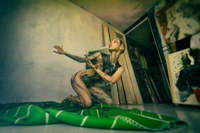 Мастерская (зелёная краска) девушка портрет взгляд арт