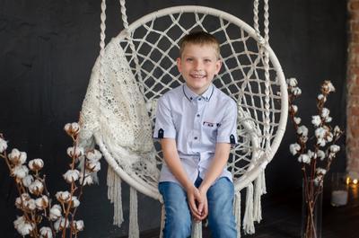 А это сын моей подруги)) учусь  с ними делать портреты. мальчик в плетеном кресле гамак ребенок студия хлопок цветы детство школа школьник