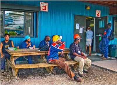 Обед у Багамских рабочих на судоремонтном заводе. fitter36 багамы фрипорт судоремонтный завод