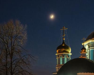 Чистое небо ночь дерево свет собор месяц