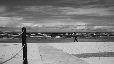Задумчиво Море залив Юрмала волны берег