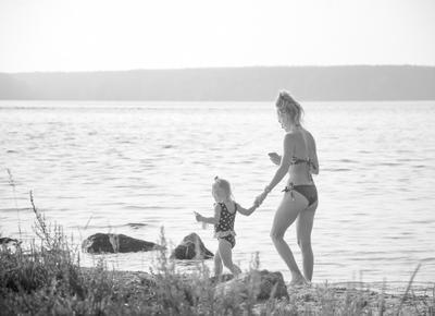 поводырь на пляже девочка вела маму по реальному миру
