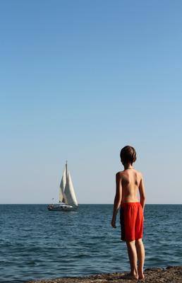 ***Первый шаг в будущее парус мальчик красный белый первый шаг реклама момент будущее задумчивость море голубой пирс