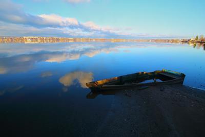 Старая лодка и радость лодка старая пруд отражение вода Омутнинск Кировская область синь облака в воде