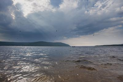 Изменчивая погода пейзаж тучи контраст река Волга лето дождь