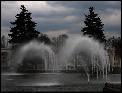 Сносит Москва ВДНХ ВВЦ ветер дождь фонтан фонтаны весна холод холодно дует сносит мерзко вода елки или сосны