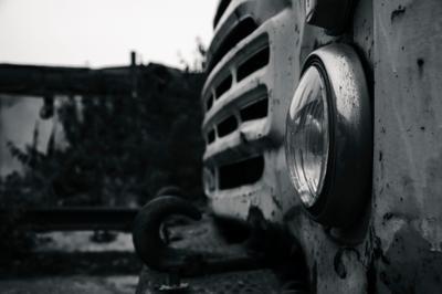 С добрыми глазами ЧБ грузовик