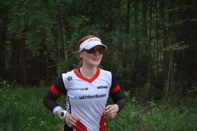 Триатлон - бег 10 км (9) триатлон типичная_участница группа_до_40_лет бег 10 км дорожки лес_у_озера Вантаа Большой_Хельсинки Kuusijärvi Vantaa Finland