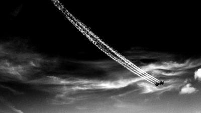 чертит небо чертит небо самолет