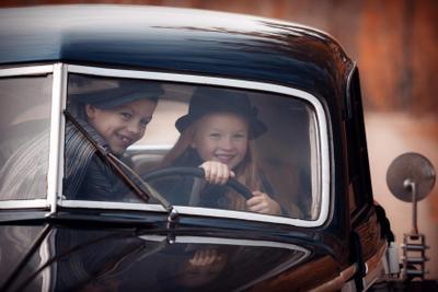 На край света дети ретро машина мальчик девочка