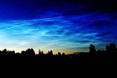 В начале ночи серебристые облака